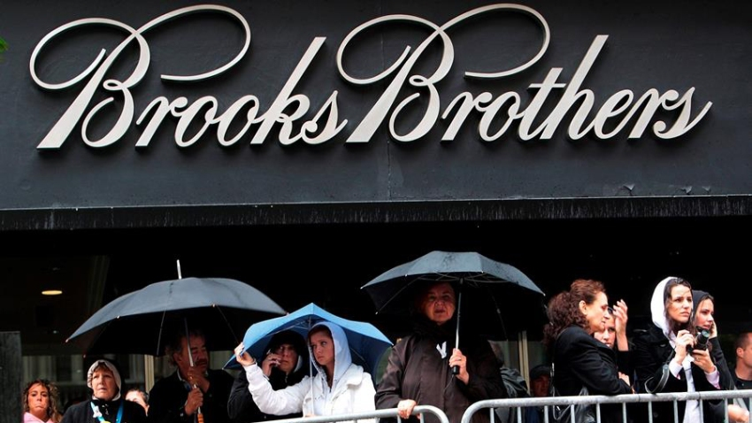 La firma de moda Brooks Brothers, la marca de ropa más antigua de Estados Unidos aún en funcionamiento, se declaró en bancarrota tras años de caída en sus ventas y golpeada por la crisis del coronavirus.