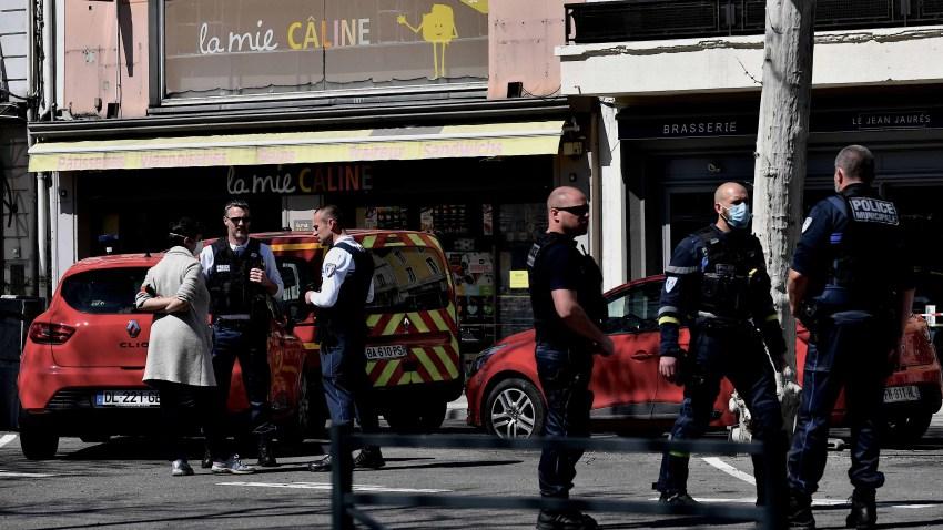 Fuerte presencia policial en la zona donde un hombre atacó a varias personas en unas tiendas en Francia.