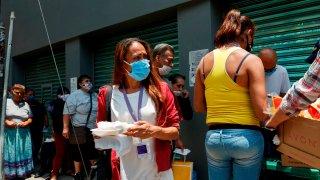 Personas sin hogar reciben ayuda en México