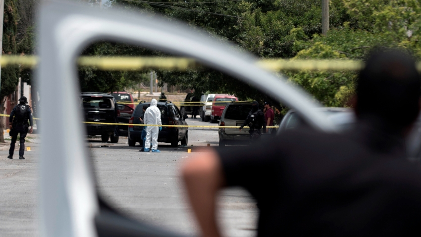 Escena de crimen vista desde la ventanilla de un auto